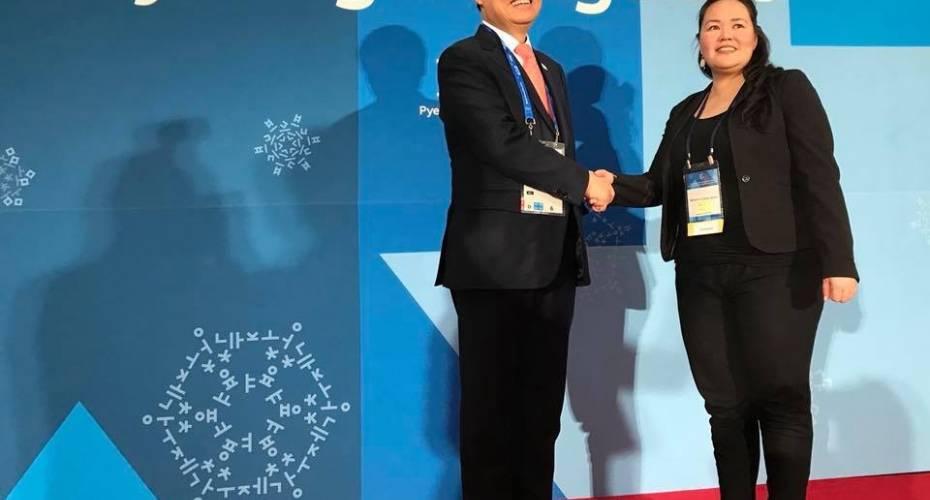 Medlem af Naalakkersuisut i Sydkorea DO Jong Whan byder Doris J. Jensen velkommen