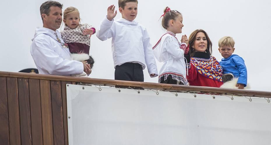 Kronprinsfamilien, nationaldragter, Dannebrog, Qaqortoq