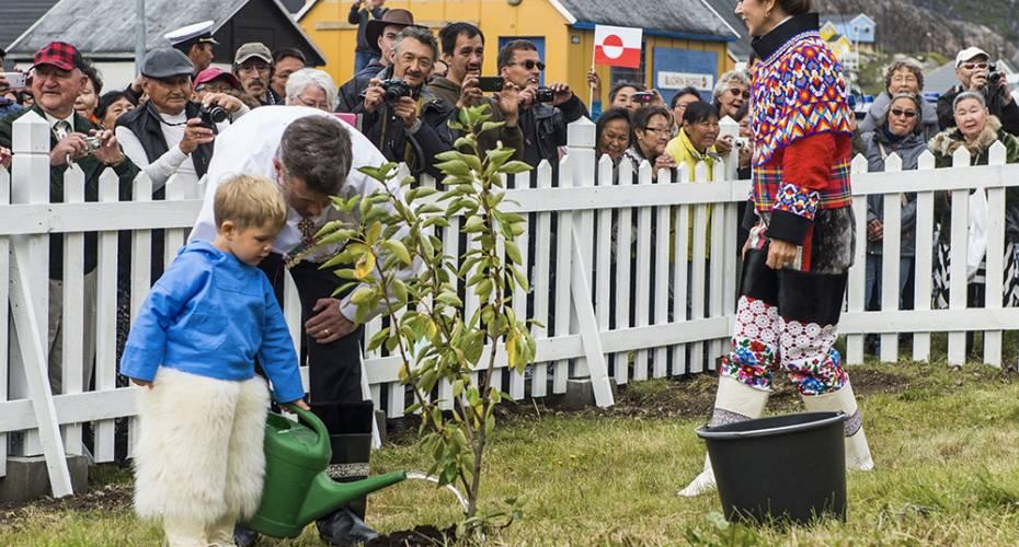 Kronprinsparret, Qaqortoq, Ivalo og Miniks Poppellund, prins Vincent vander træ med kronprins Frederik, Mary