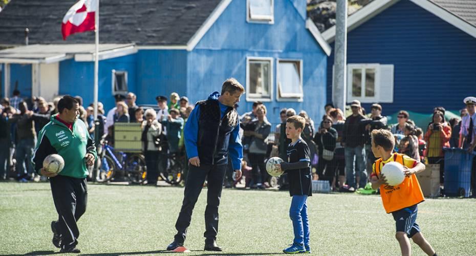 Kronprinsfamilien, Qaqortoq, fodbold, prins Christian og kronprins Frederik
