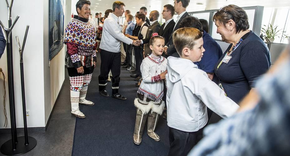Kronprinsfamilien i Nuuk, formanden for Naalakkersuisut, medarbejderne hilser på