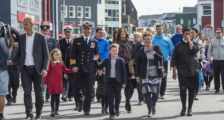 Kronrpinsfamilien i Nuuk, gåtur gennem byen med Aleqa Hammond og følge