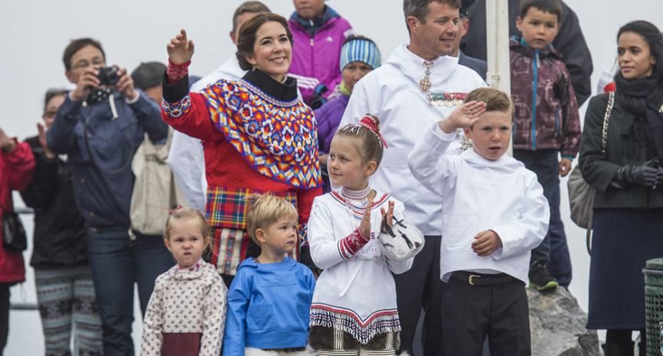 Kronprinsfamilien i Nuuk, Kolonihavnen, familien i nationaldragter, Christian gør honnør