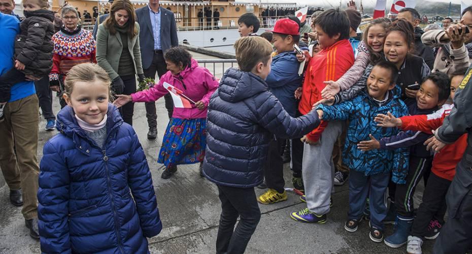 Børn hilser på prins Christian, Nanortalik, prinsesse Isabella