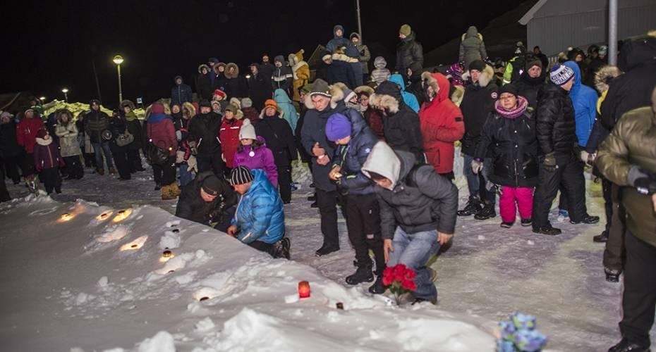 Søndag blev der tændt lys i Nuuk i omsorg for familien til Birna.