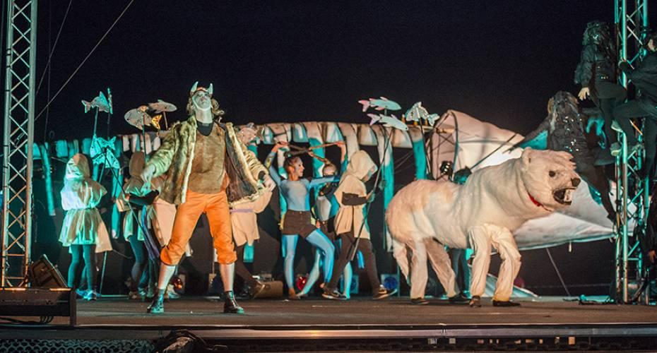 Toqqortat, cirkus, teater, dyrene på scenen